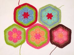 Heidi Bears: African Flower Hexagon Crochet Tutorial Pattern for Black and colored picture pinned earlier Hexagon Crochet Pattern, Crochet Motifs, Crochet Blocks, Crochet Flower Patterns, Crochet Squares, Knit Crochet, Granny Squares, Free Pattern, Crochet Granny