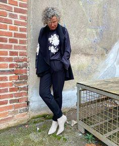 Black and white 🖤 Ein paar Blumen, damit es nicht so streng wirkt und vielleicht hilft's dabei den Frühling zu locken 😇 #easystyle #ü50 #styleover50 #over50style #50plusstyle #ü50blogger #womenwithstyle #classy #effortless #effortlesschic #fashioninspo #outfitinspo #styleinspo #bestager #bestager50plus #over50blogger #overfifty #over50 #50pluswomen #fashionover50 Parka Beige, Easy Style, Cooler Look, Formal Wear, Her Style, Everyday Fashion, Work Wear, Classic Style, Fashion Beauty