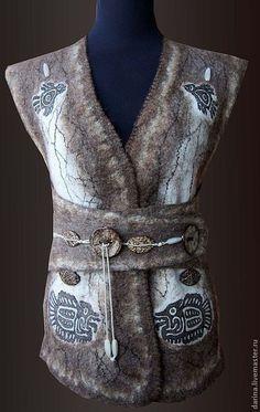 Купить или заказать Жилет  валяный из войлока 'Дочь Монтесумы' в интернет-магазине на Ярмарке Мастеров. Валяная безрукавка в этническом стиле. Использованы рисунки древних индейцев. Они нарисованы на шелке и заваляны в шерсть.Размер регулируется застежкой от 46 до 50-го. Замечательно будет выглядеть со свитером или водолазкой бежевого или коричневого цвета.