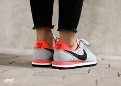 Nike wmns Air Pegasus 83 (Wolf Grey / Black - Bright Crimson - Deep Green)