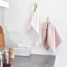 Kijkje in een HOP keuken, met de mooie grid tissue box en roze handdoeken set…