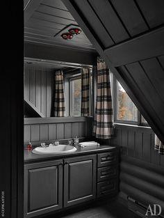 Фрагмент одной из пяти ванных. Мебель для них проектировало бюро Instore.