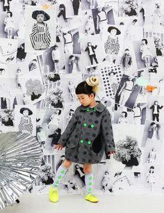 コクーンシルエットのモノトーン記事にネオンカラーのボタンが♡ 子供のファッション スタイルの参考コーデまとめ♪