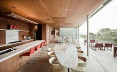 une salle à manger grande et ouverte sur la cuisine avec une table en marbre