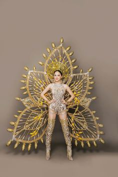 Singer Huong Giang, the Vietnamese representative competing at 'Miss International Queen will present an ornate national costume weighing a hefty at the transgender beauty pageant being held in Thailand. Carribean Carnival Costumes, Carnival Outfits, Trinidad Carnival, Fantasy Costumes, Dance Costumes, Flower Costume, Recycled Dress, Oriental Dress, Carnival Festival