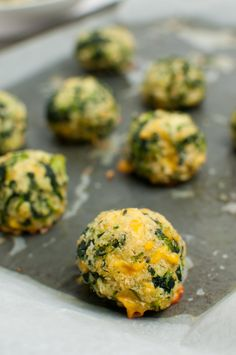 Spinach and Cheese Balls - Tabitha Talks Food These baked spinach and cheese balls are made with panko, parmesan and cheddar cheese. Prep ahead of time and they'll make a great appetizer for the crowd! Creamy Spinach Soup, Keto Creamed Spinach, Spinach And Cheese, Spinach Recipes, Diet Recipes, Vegetarian Recipes, Cooking Recipes, Healthy Recipes, Vegetarian Dinners