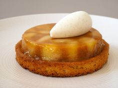 Tarte Tatin Pommes et Yuzu No Cook Desserts, Mini Desserts, Dessert Recipes, Croquembouche, Something Sweet, Apple Recipes, Sweet Treats, Cheesecake, Food And Drink