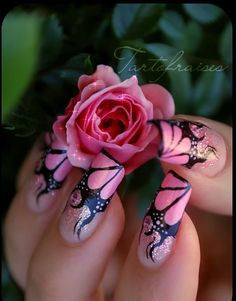 Everyone loves the flower and nail art designs with the flower is very popular. You can try flower nail designs freehand using a brush or using a stamp. Fabulous Nails, Gorgeous Nails, Pretty Nails, Hot Nails, Pink Nails, Hair And Nails, Black Nails, Nail Art Designs, Flower Nail Designs