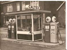 Tanken deden we ook al Historical Maps, Historical Pictures, Sweet Memories, Childhood Memories, Old Garage, Old Gas Stations, Filling Station, Porcelain Signs, The Hague