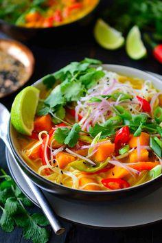 Esta sopa thai de verduras es un plato vegano sustancioso lleno de verduras, tallarines de arroz y hierbas en un caldo a base de coco.