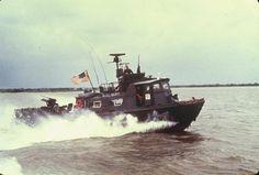 The Brown Water Navy in Vietnam Royal Navy, Us Navy, Brown Water Navy, Pt Boat, Vietnam War Photos, Tug Boats, Navy Ships, Sea And Ocean, Plastic Model Kits