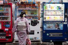 https://flic.kr/p/aRTGjt | 買哪個好? | 突然發現Tommy Lee Jones在日本應該很有名,很容易在路邊的販賣機上看到他的照片。