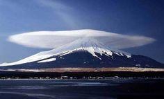 Nube lenticular sobre el monte Fuji Japon. Es una nube de forma lenticular, como lo indica su nombre, o de platillo o de lente convergente. Estas nubes son estacionarias, y se forman a grandes altitudes en zonas montañosas y aisladas de otras nubes.