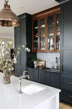 sleek black and white kitchen decor and colour scheme Kitchen And Bath, New Kitchen, Kitchen Dining, Kitchen Decor, Kitchen Cabinets, Cuisines Design, Kitchen Interior, Room Interior Design, Interior Design Inspiration