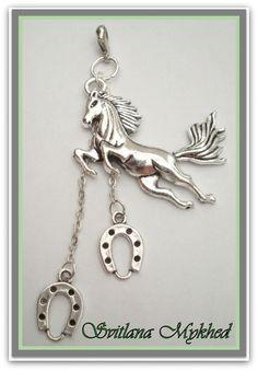 Pendentif ` Cheval. Au Galot . Fer a Cheval` . Metal argente. : Pendentif par perles-et-couronnes