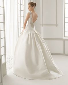 DAMASCO traje de novia en shantung con espalda bordada de pedrería.