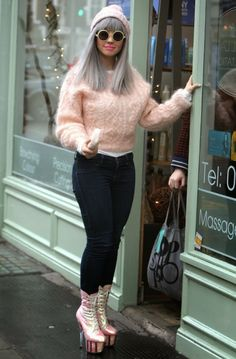 teinture grise, bottes à talons, chaussures rose, denim foncé, pull en rose pastel, cheveux raids gris