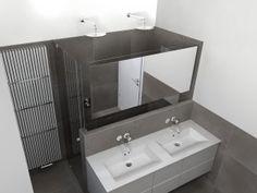 (De Eerste Kamer) In deze badkamer staat het badmeubel in het midden van de badkamer. De royale doucheruimte is achter het badmeubel gecreëerd. De ruimte is zodanig ingericht dat er met twee personen tegelijk kan worden gedoucht!
