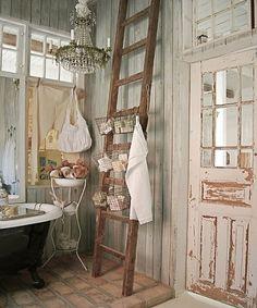 Escalera de mano, como útil decorativo • Wood ladder used as a dangler
