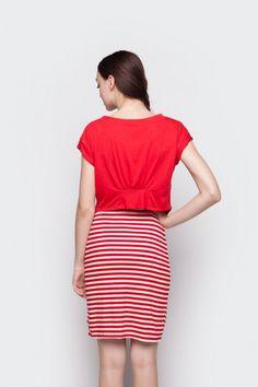 Midi dress tanpa lengan motif stripe merah putih berleher bulat dengan luaran lengan pendek berpotongan asimetris di bagian depan dan kerutan dibagian belakang dari Ego. Material spandex rayon. Size: All Size. Dress: Lingkar dada 82cm. Panjang 98cm. Outer: Lingkar dada 96cm. Panjang 65cm.
