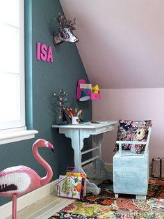 Girls room Meisjeskamer JONGInterieur.nl rozenkelim flamingo bureau klepbank