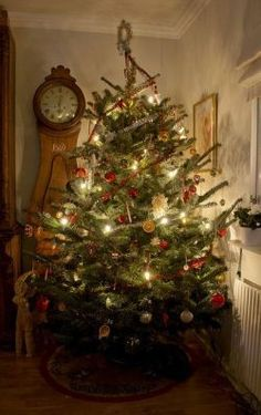 The Christmas countdown is just launched! Bring the magic of Christmas to your home! Because it is not always easy to imagine a Christmas decoration and holiday table consistent and really like you, deco. Merry Christmas, Primitive Christmas, Christmas Love, Winter Christmas, Christmas Lights, Christmas Decorations, Rustic Christmas, Primitive Crafts, Christmas Porch