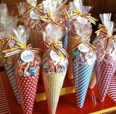 Conos de papel de scrapbook rellenos con caramelos como recordatorio de fiesta de grado. #RecordatoriosGrados