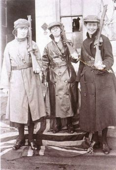 Shortly after escaping. Mae Burke, Eithne Coyle and Linda Kearns, Carlow Notice that they are standing on the Union Jack flag. Aragon, Old Photos, Old Pictures, Ireland 1916, Northern Ireland Troubles, Irish Independence, Easter Rising, Erin Go Bragh, Michael Collins