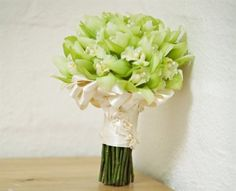 Sei lá... não sou muito fã de bouquet de noiva verde...  Mas tem gente que adora né?!  Em nome da Democracia existente no Peguei o Bouquet, encontrei algumas inspirações para as noivas adeptas:                        &nb