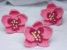 Orchideen sind wunderschöne + edle Blumen. Du kannst sie jetzt gleich selber häkeln, sie sind super als Deko. Du kannst auch Deine Wollreste verwenden.