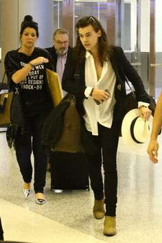 Harry Styles, Anne, and Robin at Miami airport today
