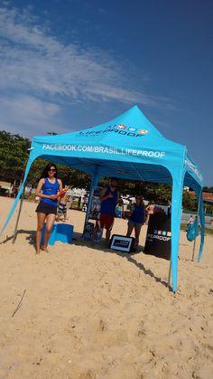 Tenda montada na praia para receber a galera e mostrar os produtos de LifeProof