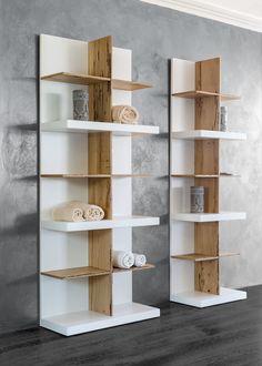wohnzimmer regal holz b cher pflanze fell hocker fellhocker steinwand haus. Black Bedroom Furniture Sets. Home Design Ideas