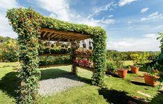 O pergolado na lateral da casa é uma invenção da paisagista Paula Galbi: os vasos de orquídeas que os donos da casa mantinham espalhados pelo imóvel foram agrupados na estrutura de eucalipto tratado, como uma coleção