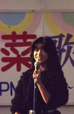 83年2月頃の寒い冬のある日の土曜日、静岡伊勢丹屋上フラワーステージに再び降臨した中森明菜。