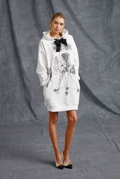 The complete Moschino Resort 2016 fashion show now on Vogue Runway. Runway Fashion, Fashion Show, Womens Fashion, Fashion Design, Fashion Trends, Fashion 2018, Dress Fashion, Moschino, Look Chic