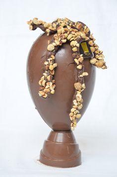 """""""Shelby"""". Uovo di Pasqua al Cioccolato Gianduja con inserti di nocciole."""