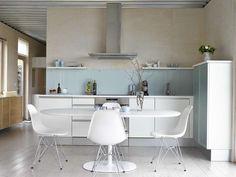 LYS PALETT: Kjøkkeninnredningen er fra JKE, kjøkkenbordet fra Arper og stolene fra Vitra.