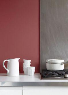 Mixer une douce couleur rouge et un gris moyen dans la cuisine, une bonne idée pour la repeindre et créer une ambiance déco chaleureuse. Peinture coloris Marsala et lie de vin Tollens et Flamant