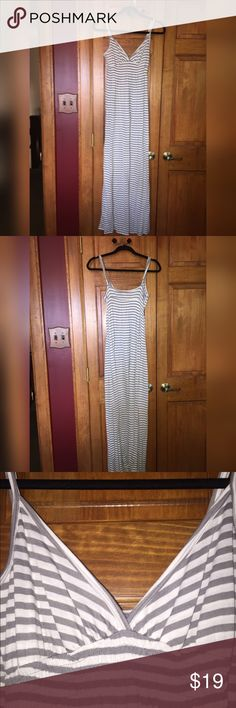 Old Naxy Maxi Dress BNWT , All items ship same/next day of purchase, I have more beautiful shoes in my closet! All prices are negotiable. 👍🏻 NO TRADES. 🚫  BUNDLE ITEMS & SAVE. 💰 Old Navy Dresses Maxi