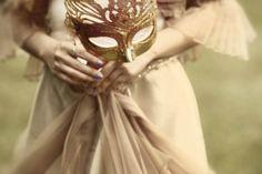 ¿Te acuerdas de la peli de Sofia Coppola? ¡A nosotros nos fascina! El estilo de María Antonieta siempre se diferenció en la distancia: toques rococó, colores atrevidos, volúmenes, textiles preciosos, ornamentos exagerados, ¡y más! La realeza jamás había estado tan cerca de ti,