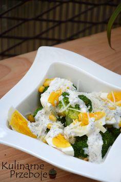 Sałatka z brokułem, jajkiem i parmezanem, sałatka z brokułem, sałatka z jajkiem, sałatka z kukurydzą, sałatka z sosem czosnkowym, szybka sałatka na imprezę.
