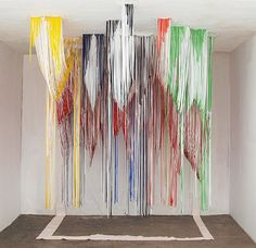 Les couleurs, la grandeur et la disposition de ces objets donnent l'effet volumineux.