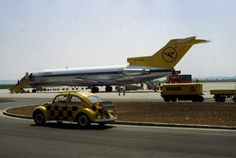 """Boeing #727 der #Condor am Vorfeld des blue danube airport linz und ein #VW #Käfer als """"Follow me"""" Fahrzeug"""