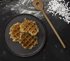 Suikerwafels, ook wel Luikse wafels genoemd, worden gemaakt van een gistdeeg waarin parelsuiker wordt verwerkt. Met dit recept maak je ze makkelijk zelf.
