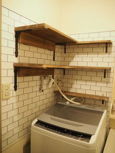 賃貸DIYの救世主『壁美人』をご存知ですか?賃貸住まいですと、壁に穴を開けることが出来ないので棚を付けたりがなかなか出来かねますよね。我が家では『壁美人』を使って棚を付けています!
