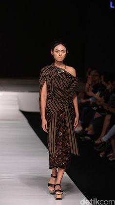 Lulu Lutfi Labibi Look Fashion, Fashion Art, Fashion Show, Fashion Design, Batik Kebaya, Batik Dress, Indonesian Women, Lovely Dresses, Festival 2016