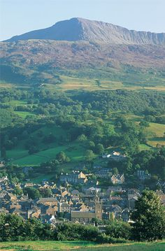 Image from http://www.discoverdolgellau.com/images/gallery/Dolgellau%20and%20Cader%20Idris.jpg.