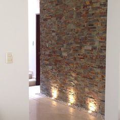 Modern wall cladding - 10 tips with examples.- A beautiful stone wall deserves the right lighting! You can find out more about wall design in this article by Alejandra Zavala P. Modern Wall, Modern Decor, Decoration Hall, Wall Design, House Design, Design Design, Modern Design, Hallway Walls, Wall Cladding