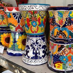 Pottery add color to that boring space . Talavera Pottery, Ceramic Pottery, Tole Painting, Ceramic Painting, Mexican Style Decor, Mexican Garden, Pottery Designs, Tile Art, Painting Cabinets